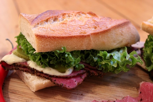 Pastrami-Baguette mit Knoblauch-Rosmarin-Mayonnaise